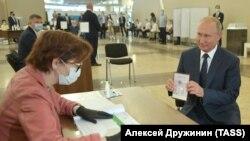 Президент Росії Володимир Путін голосує за правки до Конституції, які зроблять його довічним президентом. Москва, 1 липня 2020 року
