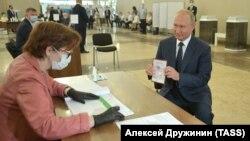 Президент РФ Владимир Путин принял участие в голосовании по поправкам в Конституцию РФ
