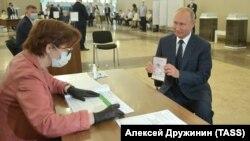 Ռուսաստան - Նախագահ Վլադիմիր Պուտինը քվեարկում է սահմանադրական փոփոխությունների հանրաքվեի ժամանակ, Մոսկվա, 1-ը հուլիսի, 2020թ.