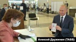 Владимир Путин принял участие в голосовании по поправкам в Конституцию РФ