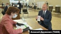 Президент РФ Путин принял участие в голосовании по поправкам в Конституцию РФ
