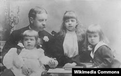 Грейси Холл (брат), Элиот (отец), Элеонора, Элиот мл. (брат), 1892