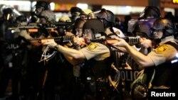 Pripadnici američke policije ciljaju u pravcu demonstranata na ulicama Fergusona