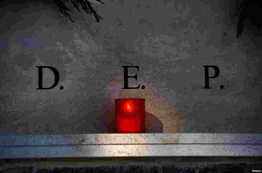 """Надгробие в городке Овьедо на севере Испании. Так выглядит на испанском надпись """"покойся с миром"""""""
