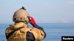 Член экипажа норвежского фрегата Helge Ingstad, перевозившего сирийское химическое оружие, в Латакии, Сирия. Иллюстративное фото.