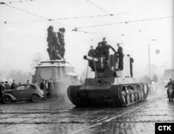Экспонат выставки, советский танк КВ-2, перевозят для показа в Праге.