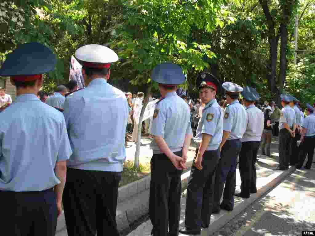 Полиция наблюдает за участниками акции протеста. - Полицейские выстроились вдоль дороги и наблюдают за участниками акции протеста в защиту свободы слова. Алматы, 24 июня 2009 года.
