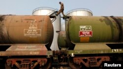 واگنهای حمل نفت در کلکته، هند؛ متوسط صادرات روزانه نفت ایران به هند در سه ماهه اول سال جاری میلادی حدود ۲۵۰ هزار و ۶۰۰ بشکه بوده که نسبت به دور مشابه سال گذشته افزایشی حدود ۴۳ درصدی داشته است