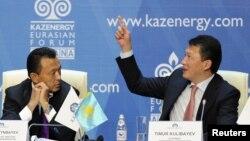 Министр нефти и газа Сауат Мынбаев (слева) слушает выступление председателя ассоциации Kazenergy Тимура Кулибаева (справа). Астана, 4 октября 2011 года.