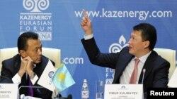 Сауат Мынбаев в бытность министром энергетики и Тимур Кулибаев, зять президента Казахстана и глава ассоциации Kazenergy. Астана, 4 октября 2011 года.