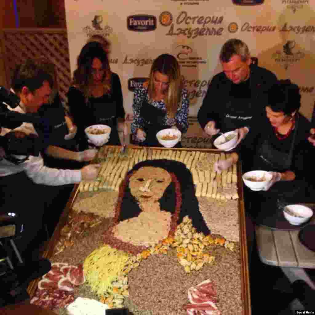 """В конце сентября новокузнецкие рестораторы выложили из еды портрет """"Моны Лизы"""". На картину ушло около 25 килограммов продуктов и семь часов работы"""