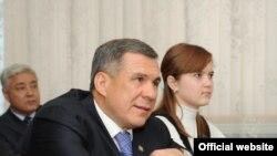 Татарстан президенты Рөстәм Миңнеханов Норлаттагы бер мәктәптә.