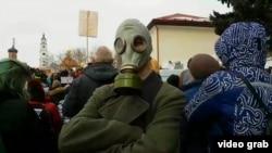 Участник акции протеста против свалок