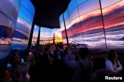 Тоннель из OLED мониторов от LG на выставке CES 2018