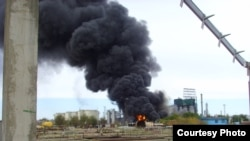 Пожар на нефтеперерабатывающем завода АНПЗ. Фото предоставлено МЧС. Атырау, 23 сентября 2009 года.