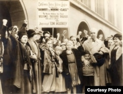 Теодор Драйзер участвует в кампании за освобождение Тома Муни – профсоюзного активиста, приговоренного к пожизненному заключению за теракт в Сан-Франциско. На плакате Драйзер назван «лучшим другом русских детей».