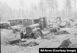 Радянські солдати та бойові машини пронизані кулями