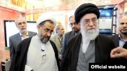 آیت الله علی خامنه ای (راست) همراه با حیدر مصلحی در حال بازدید از وزارت اطلاعات