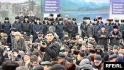 Желтоқсан құрбандарын еске алуға жиналған жұрт әруақтарға бағыштап құран оқыды. Алматы, 17 желтоқсан 2009 жыл.