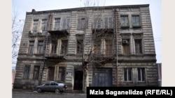 ამ სახლში 1913-1937 წლებში ცხოვრობდა და მოღვაწეობდა გამოჩენილი ქართველი მწერალი მიხეილ ჯავახიშვილი.