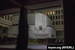 Освещенное здание Госсовета Крыма. Уличное освещение полностью отключено. Симферополь, вечер 22 ноября
