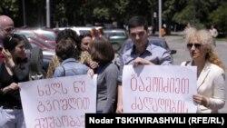 Сегодня около двадцати журналистов, вооружившись свистками и плакатами с надписью «Не мешайте нам работать!» и « Расследуйте факты насилия!», собрались перед зданием Министерства юстиции