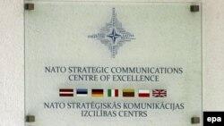 Шыльда на ўваходзе ў Цэнтар стратэгічных камунікацый NATO, Stratcom, у Рызе, сталіцыі Латвіі