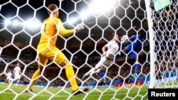 Բրազիլիա - Աշխարհի առաջնության հանդիպմանը իտալացի Մարիո Բալոտելին գրավում է անգլիացիների դարպասը, Մանաուս, 14-ը հունիսի, 2014թ.