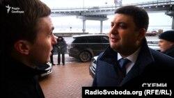 Журналіст програми «Схеми» Михайло Ткач та прем'єр-міністр України Володимир Гройсман
