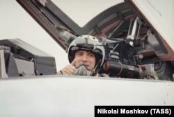 Нижегородский губернатор Борис Немцов после полета на сверхзвуковом истребителе МИГ-29, 1996 год