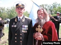 Заместитель командира бригады подполковник Валерий Бойко и настоятель гарнизонного храма Киевского патриархата о.Иван (июнь 2010 года)