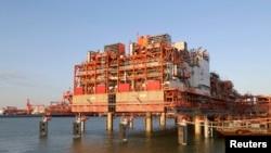 Инфраструктура на острове D, главный центр обработки. Месторождение Кашаган, Каспийское море. 21 августа 2013 года.