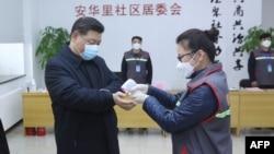 Лекарка мери температурата на китайския президент Си Дзинпин