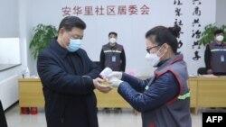 Presidenti kinez, Xi Jinping, gjatë vizitës në një spital të Vuhanit.