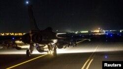Бобмбардировщик западной коалиции готовится к взлету для нанесения ударов по городу Ракка - оплоту ИГИЛ