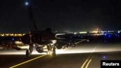 Батыс елдерінің бірлескен коалициясы әуе күштерінің бомбалаушы ұшақтары Ракка қаласындағы нысаналарға соққы беру үшін әуе көтеріліп барады.