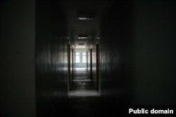 Калідор у закінутым будынку на тэрыторыі вайсковай базы СОБР за 5 кілямэтраў ад Бегамлі. Фота 17 сьнежня 2019 году