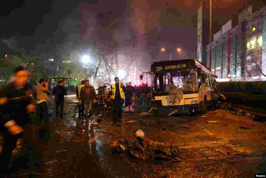 Сотрудники МЧС Турции работают на месте теракта