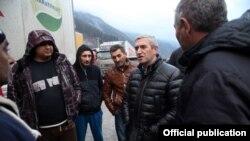 Georgia - Armenian Transport Minister Vahan Martirosian (second from right) talks to drivers of Armenian trucks stranded at the Upper Lars border crossing, 13Dec2016.