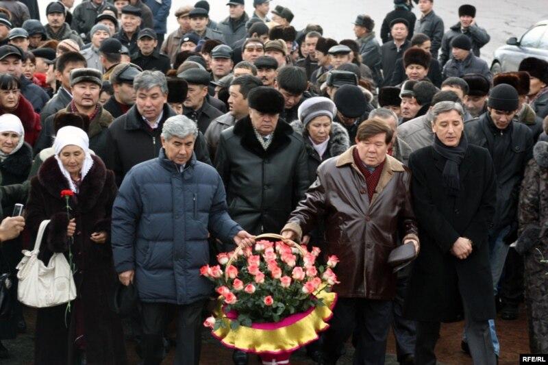Лидеры оппозиции возлагают цветы жертвам Декабрьских событий. Алматы, 17 декабря 2009