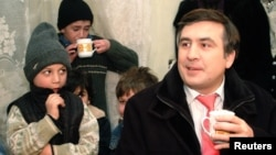 Президент Михаил Саакашвили жетімдер үйінде.Тбилиси, 23 қаңтар 2006 жыл.