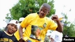 Люди на улицах Соуэто - пригорода Йоханнесбурга, где жил Нельсон Мандела