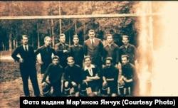 Футбольная команда, в которой играл Иван Шаповал (вратарь, нижний ряд, в центре), 1930-е годы