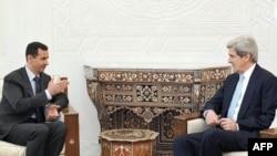 سناتور جان کری (راست) در ماه فوریه در دمشق با بشار اسد (چپ) ملاقات کرد.