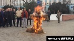 Türkiyeniñ Rusiyege qarşı siyasetine bağışlanğan «Sırtımızdan urdıñız» aktsiyası. Aqmescitte Erdoğannıñ qoqlasını yaqtılar, 2015 senesi noyabr 27 künü