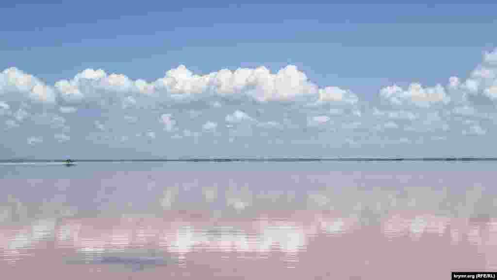 Сасык-Сиваш – крупнейшее соленое озеро в Крыму. Располагается у автодороги Саки-Евпатория