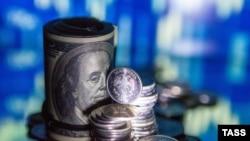 Рублевые монеты и долларовые банкноты. Иллюстративное фото.