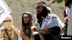 """""""Талибандын"""" согушкерлери Орозо айтта, ок атышуу токтогон учурда. Нангархар провинциясы, 16-июнь, 2018-жыл."""