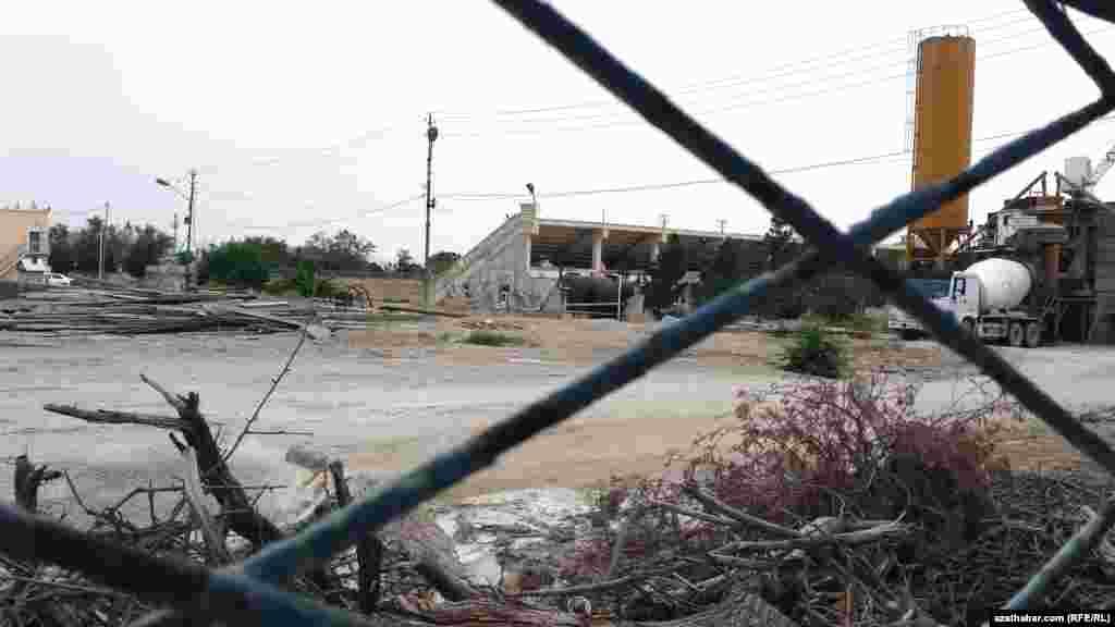 Üç ýyl mundan ozal entek sowet döwri gurulan stadion sökülip, onuň ýerinde täze sport desgasyny bina etmek işleri başlandy.
