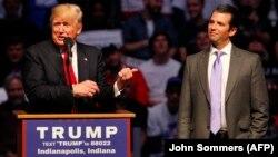 Тодішній кандидат в президенти від республіканців Дональд Трамп (ліворуч) та його син Дональд-молодший під час президентської кампанії. Індіанаполіс, квітень 2016 року